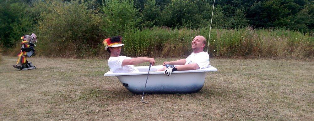 Eine Badewanne als Ziel beim Crossgolf - Der Ball muss drin bleiben!