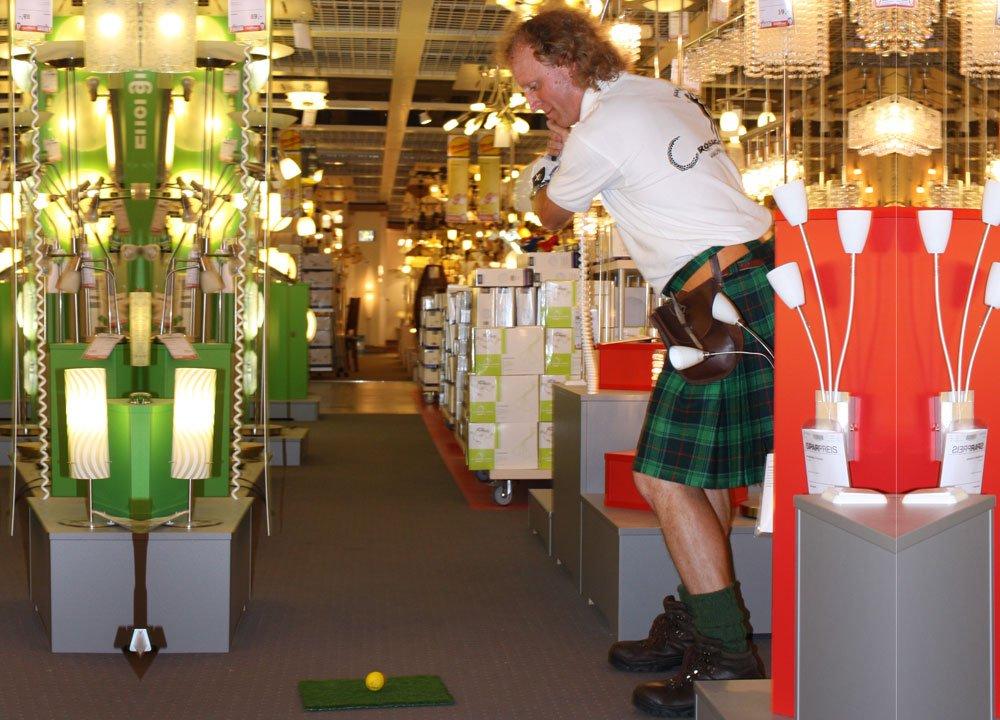 Sogar in der Lampenabteilung kann Crossgolf gespielt werden (Event bei Höffner)