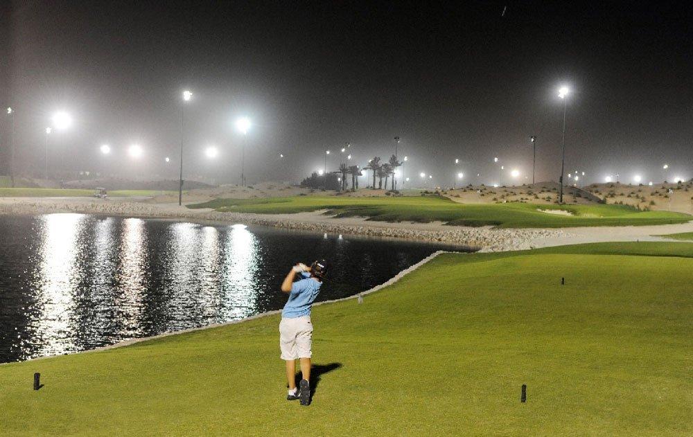 Golfen bei Flutlicht in Bahrain