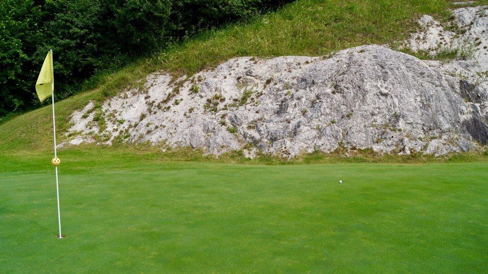 Felsen hinter dem Grün