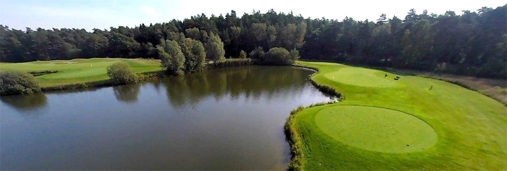 Blick über einen Golfplatz