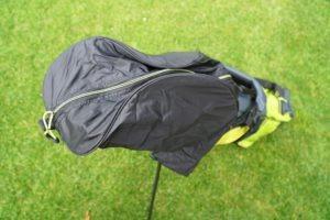 hyper lite zero regenhaube 300x200 - Die leichtesten Golfbags mit Stand-Beinen
