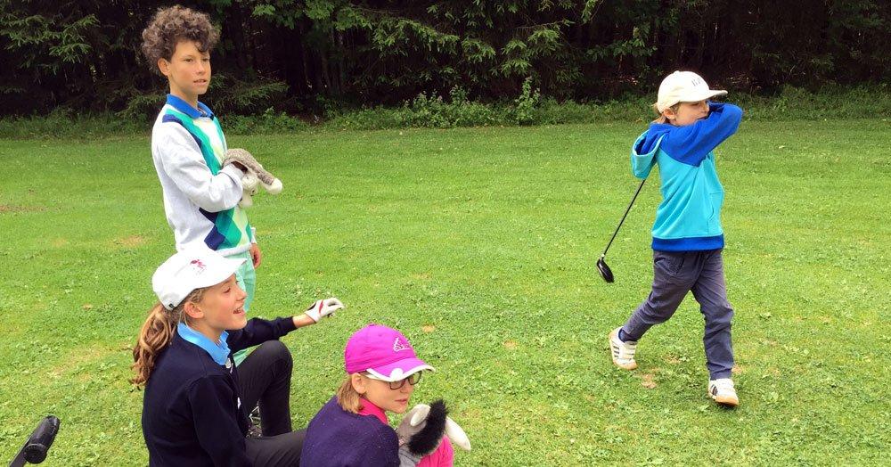 Kinder beim Golf